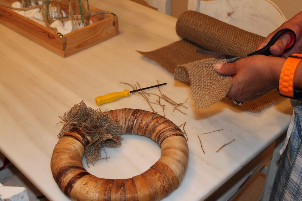 Πως να φτιάξεις ένα ρουστίκ στεφάνι από λινάτσα