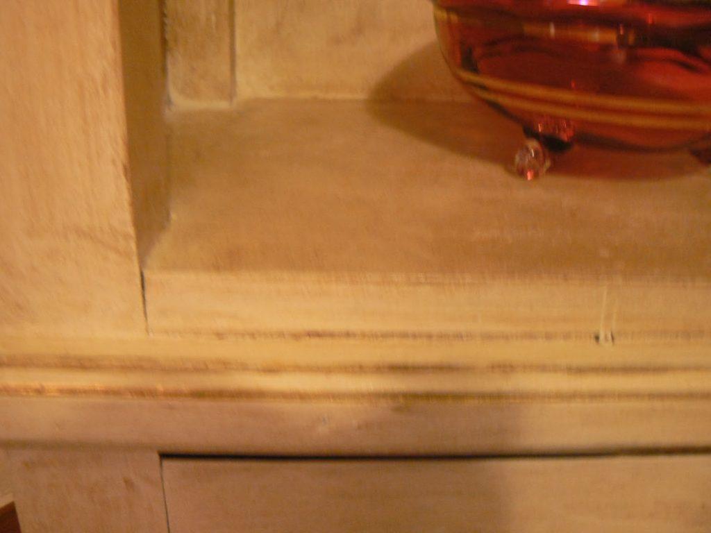 Γωνιακή ραφιέρα βαμμένη με χρώμα κιμωλίας