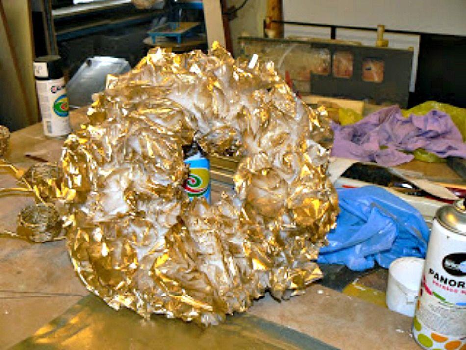 Χριστουγεννιάτικο στεφάνι από σακούλες βαμμένες με χρυσό σπρέι