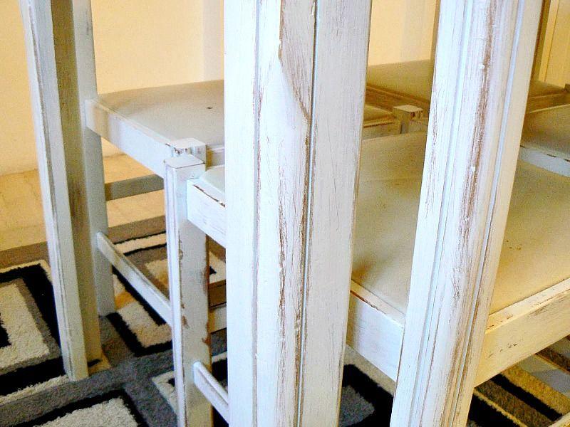 Μεταμόρφωση τραπεζαρίας κουζίνας με μπογιά, λεπτομέρεια λευκής καρέκλας