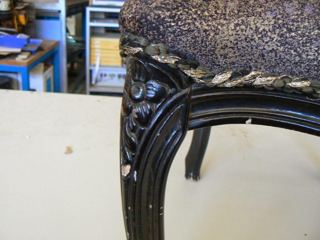 Παλιά μαύρη λάκα πολυθρόνα