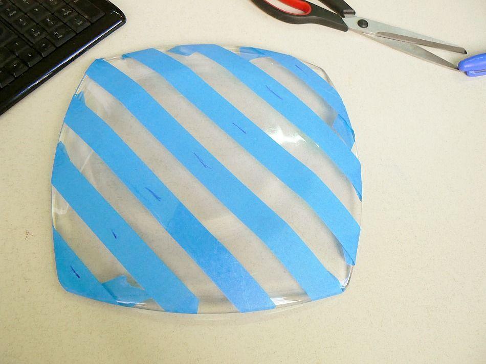Καλύπτω με χαρτοταινία για να σχηματίσω ρίγες σε ένα γυάλινο πιάτο