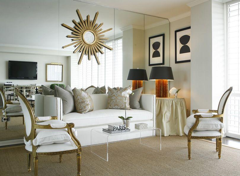 Ο καθρέφτης στην διακόσμηση, living room με τοίχο καθρέφτη