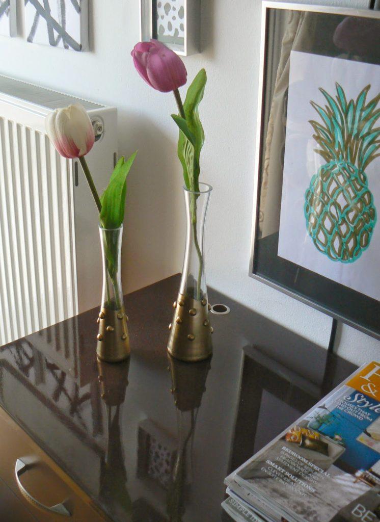Χρυσά γυάλινα βάζα στην κρεβατοκάμαρα