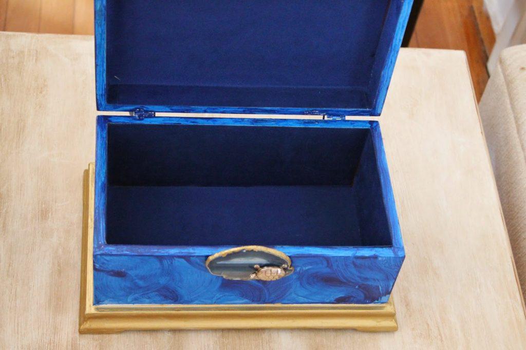Μπλε μπιζουτιέρα με χρυσό τελείωμα και αχάτη