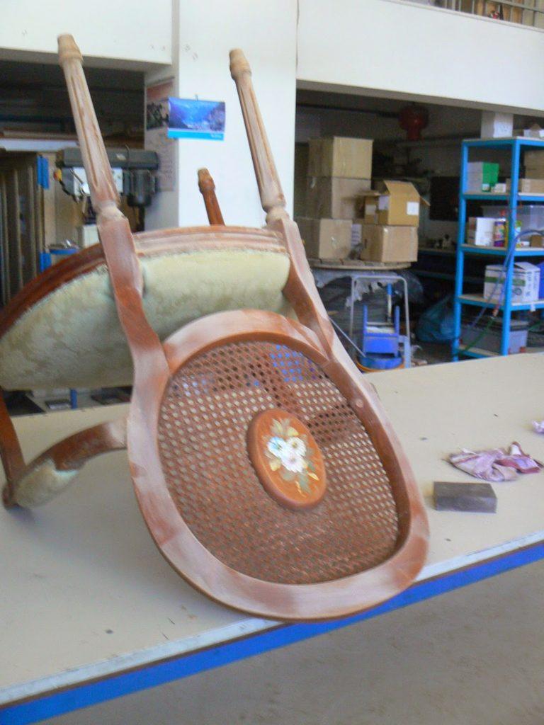 Επισκευή και μεταμόρφωση παλιάς πολυθρόνας, καινούργιο βερνίκι