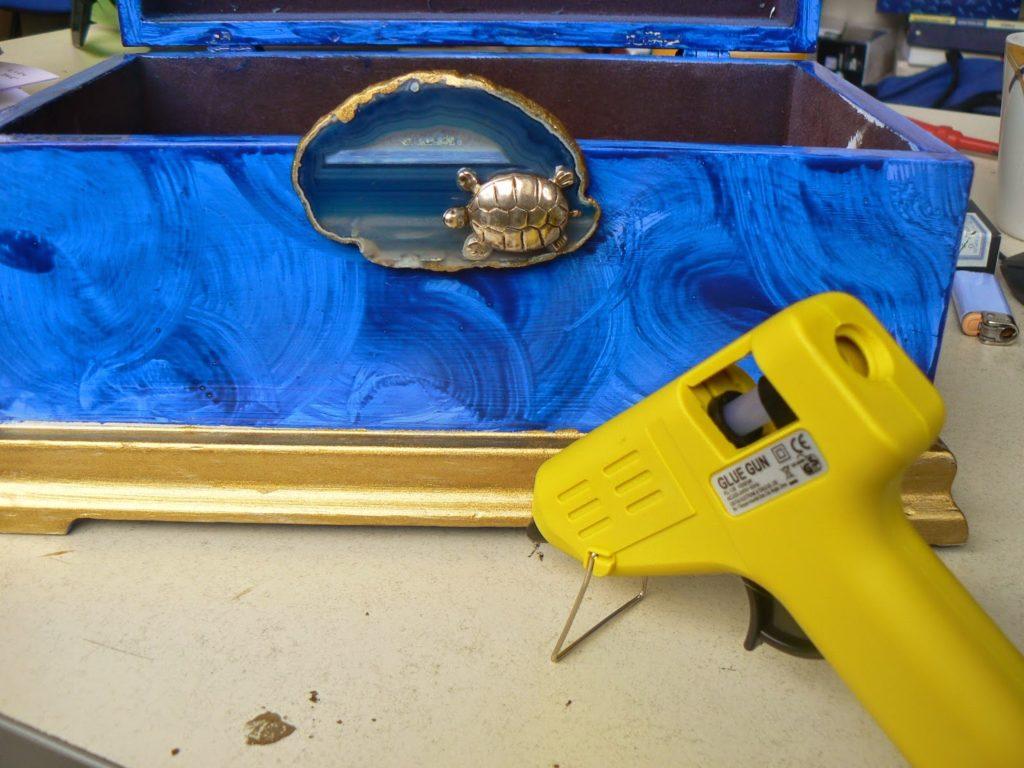 Μπλε μπιζουτιέρα με εφέ μαλαχίτη και φέτα αχάτη για διακόσμηση