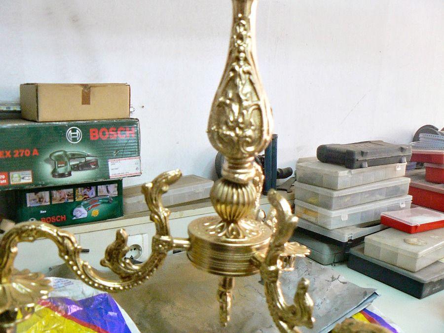 Το παλιό φωτιστικό βαμμένο χρυσό