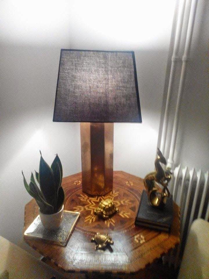 Επιτραπέζια λάμπα diy σε χρυσό χρώμα αναμένη το βράδυ