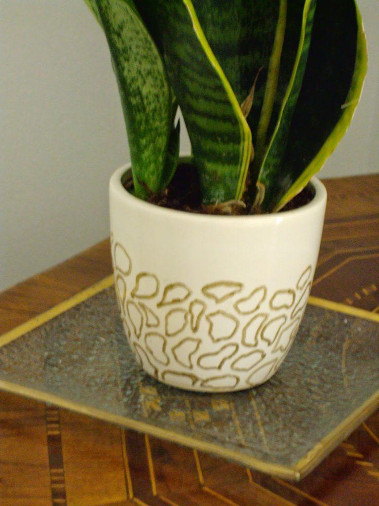 Εύκολα DIY, άσπρο κεραμικό γλαστράκι με leopard print