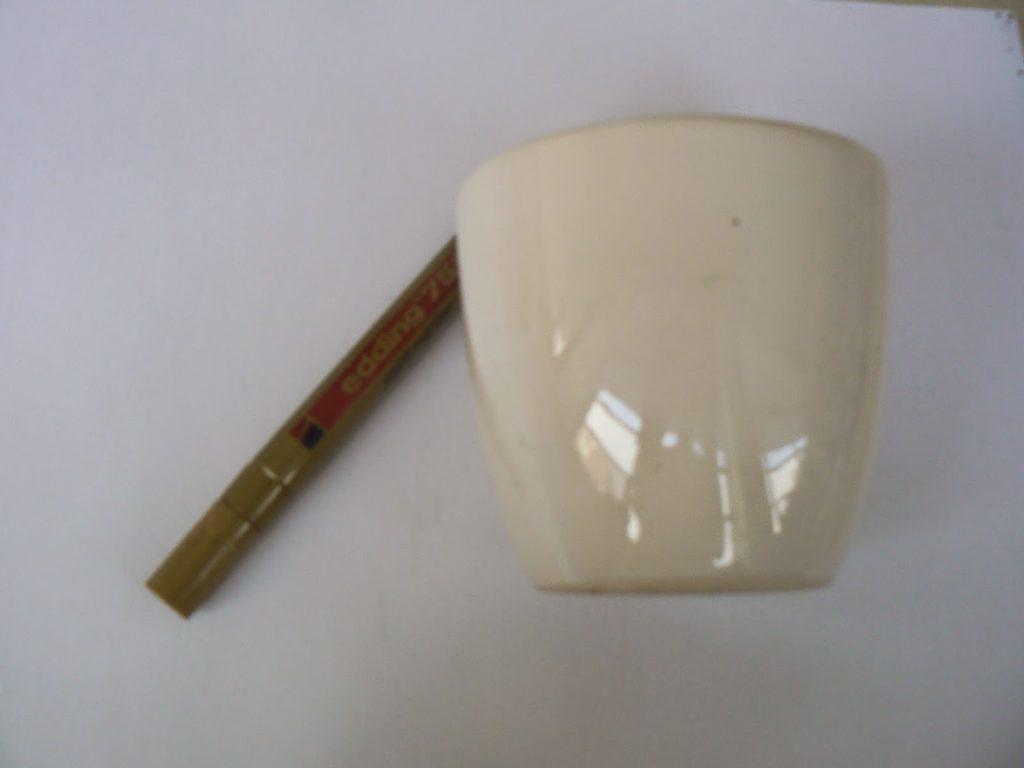 Aspro keramiko glastraki