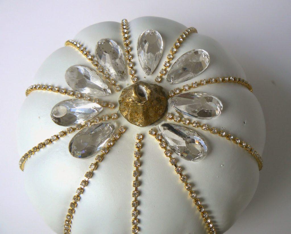 Στολισμένες κολοκύθες με πέτρες και χρυσή αλυσίδα