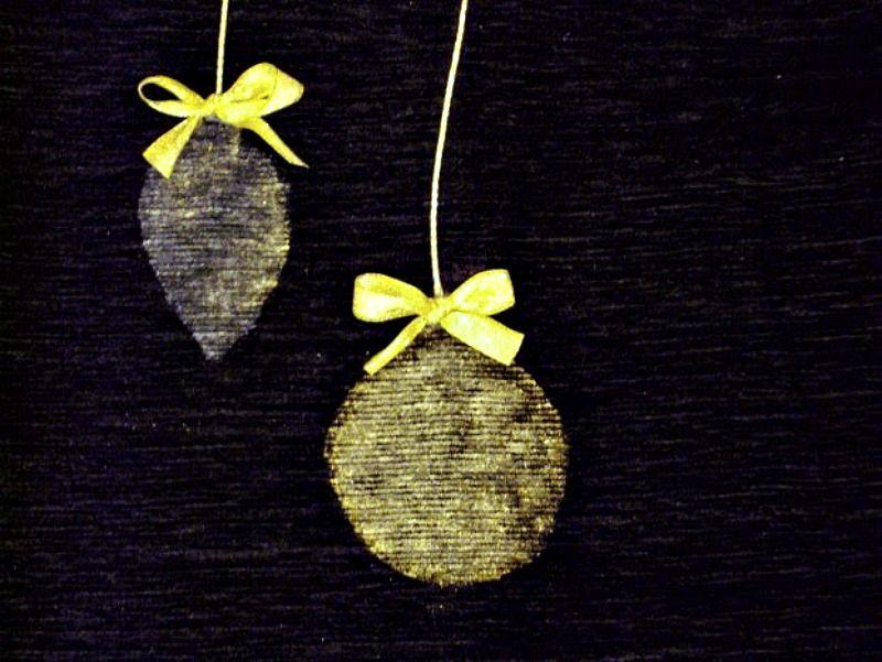 Χριστουγεννιάτικα μαξιλάρια με χρυσό στένσιλ στολίδια δέντρου