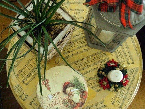 Decoupage on table music sheets