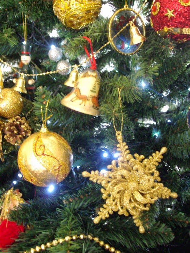 Χριστουγεννιάτικα στολίδια σε χρυσό και κόκκινο χρώμα