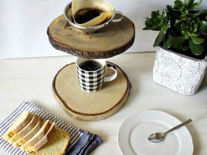 Ξύλινη καφετιέρα γαλλικού καφέ, πρωινό στην κουζίνα