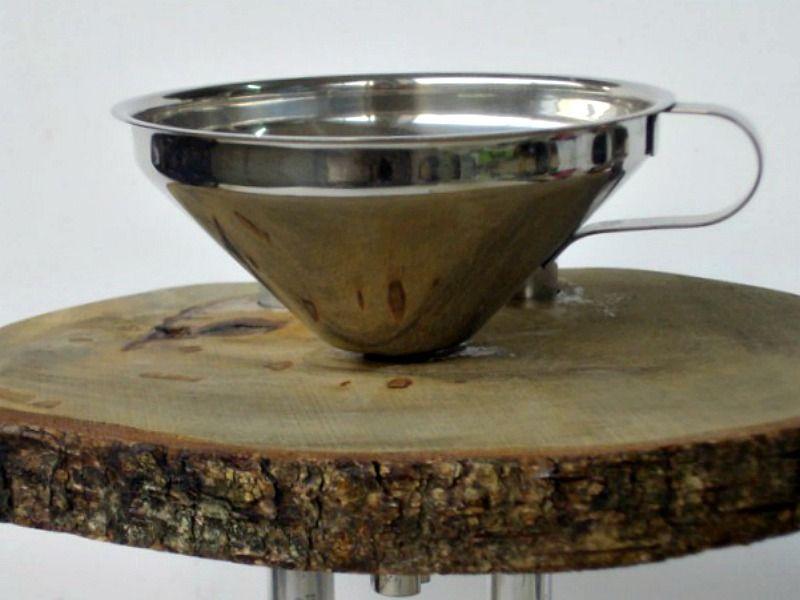Ανοξείδωτο χωνί πάνω σε ξύλινο σταντ καφέ