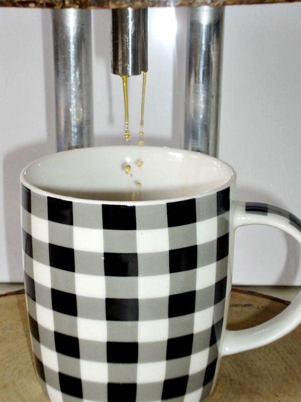 Βήμα - βήμα οδηγίες για να φτιάξεις μια καφετιέρα γαλλικού καφέ από φέτες ξύλου, καρό φλυτζάνι