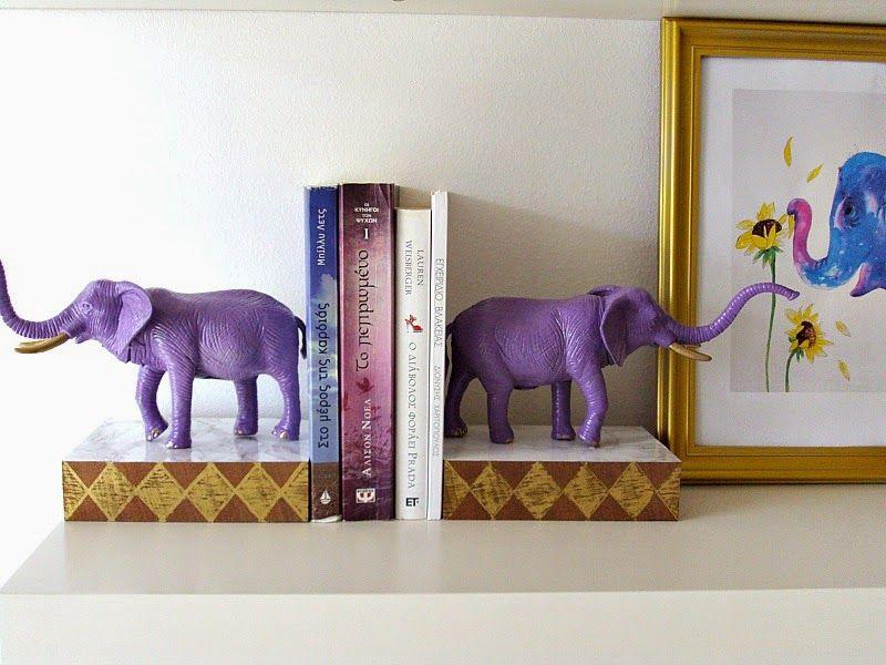 Πλαστικά ζώα ελέφαντες έγιναν βιβλιοστάτες