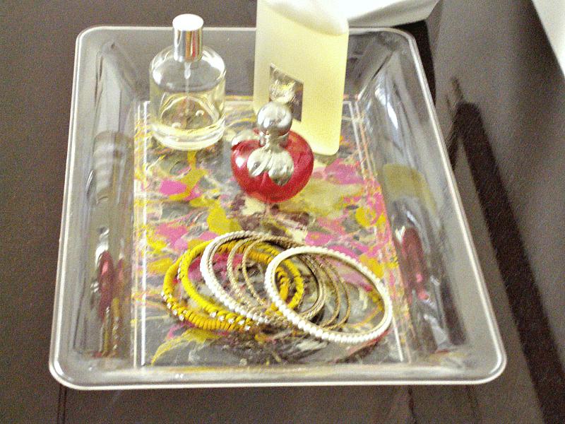 Βερνίκια νυχιών σε δίσκο τεχνική μάρμαρο, μπουκαλάκια με άρωμα και βραχιόλια