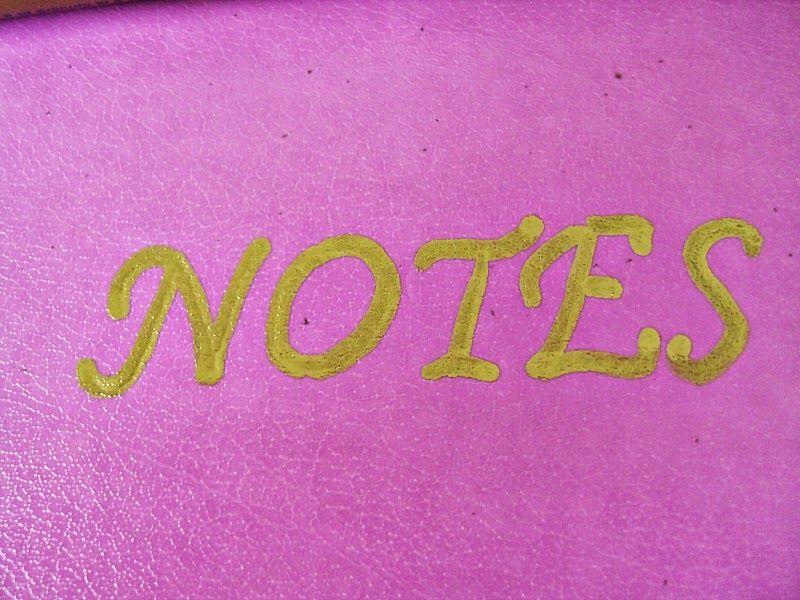 Ροζ σημειωματάριο με χρυσές λεπτομέρειες