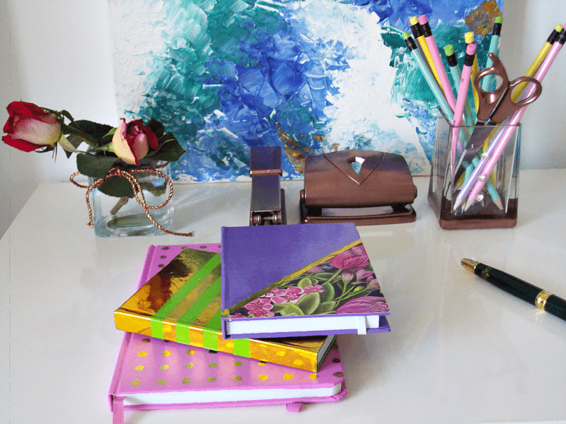 Χρώμα στο γραφείο με χρωματιστά σημειωματάρια