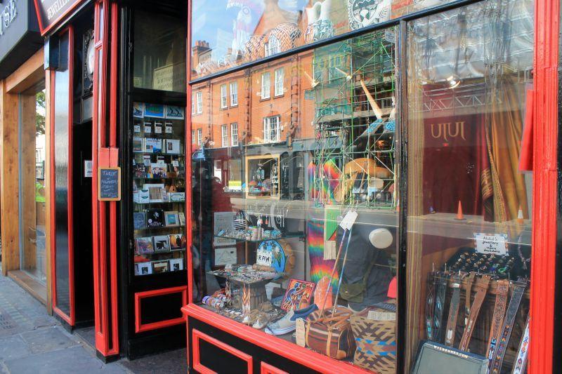 Βόλτα στο Λονδίνο Μέρος 1ο, Little shop