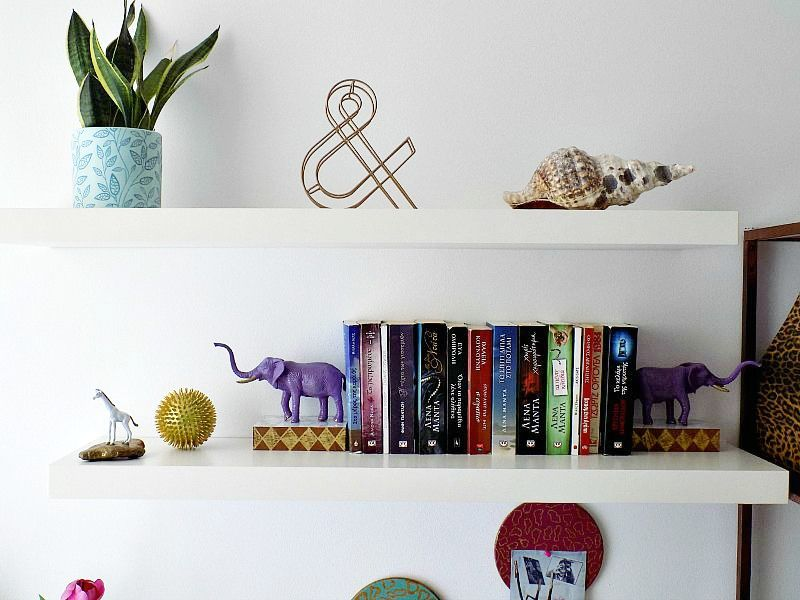 Βιβλιoστάτες και press papier από πλαστικά ζώα, Home office styling the shelves