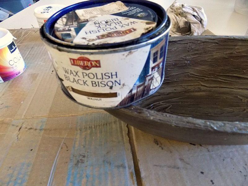 Σκούρο κερί για πατίνα σε ξύλινο μπολ