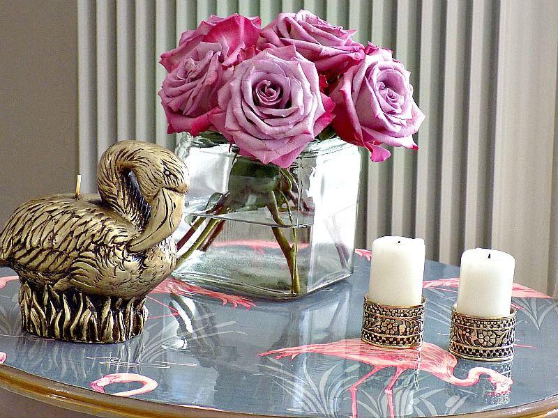 Ολική αναπαλαίωση τραπεζιού με ταπετσαρία και υγρό γυαλί, DIY flamingo wallpapered table
