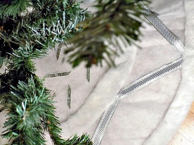 Λευκή ποδιά χριστουγεννιάτικου δέντρου με ασημένιες λεπτομέρειες diy