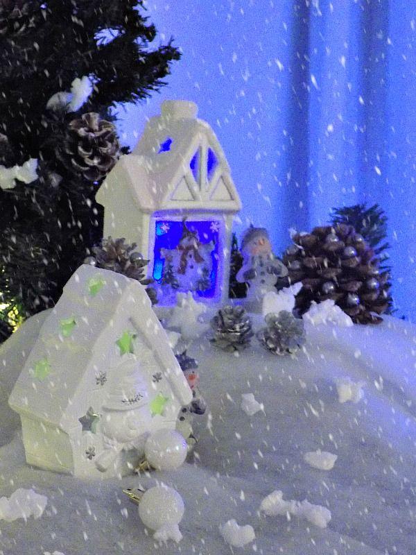 Χιονισμένο χριστουγεννιάτικο τοπίο πάνω στον μπουφέ της τραπεζαρίας