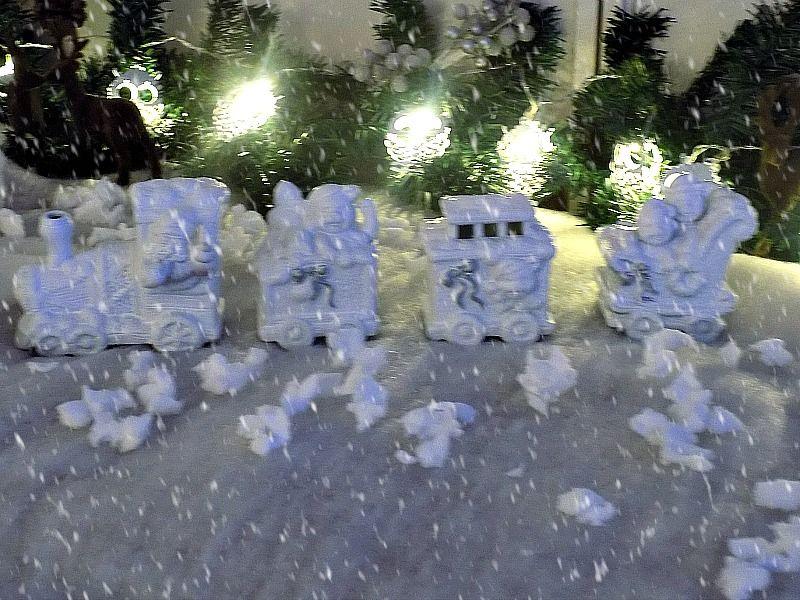 Χριστουγεννιάτικο τοπίο, λευκό τραινάκι
