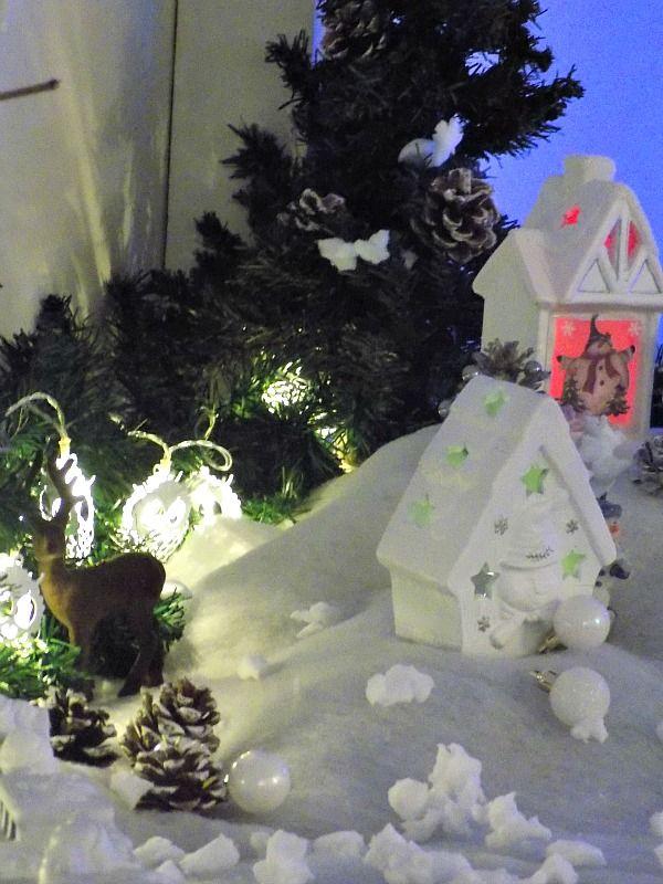 Χιονισμένο χριστουγεννιάτικο τοπίο, λευκά σπιτάκια