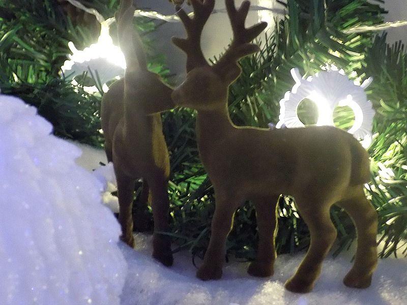 Χιονισμένο χριστουγεννιάτικο τοπίο, ελάφια