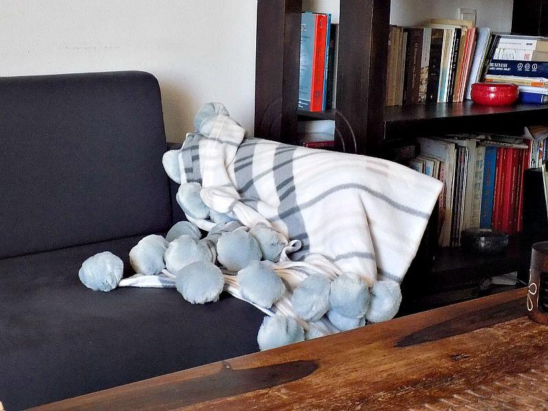 Απλή ακρυλική κουβέρτα αναβαθμίστηκε με την προσθήκη γούνινων πομ πομ που τα έφτιαξα μόνη μου