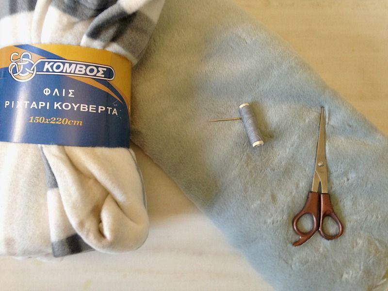 Μια απλή κουβέρτα αναβαθμίζεται με γούνινα πομ πομ που έφτιαξα μόνη μου