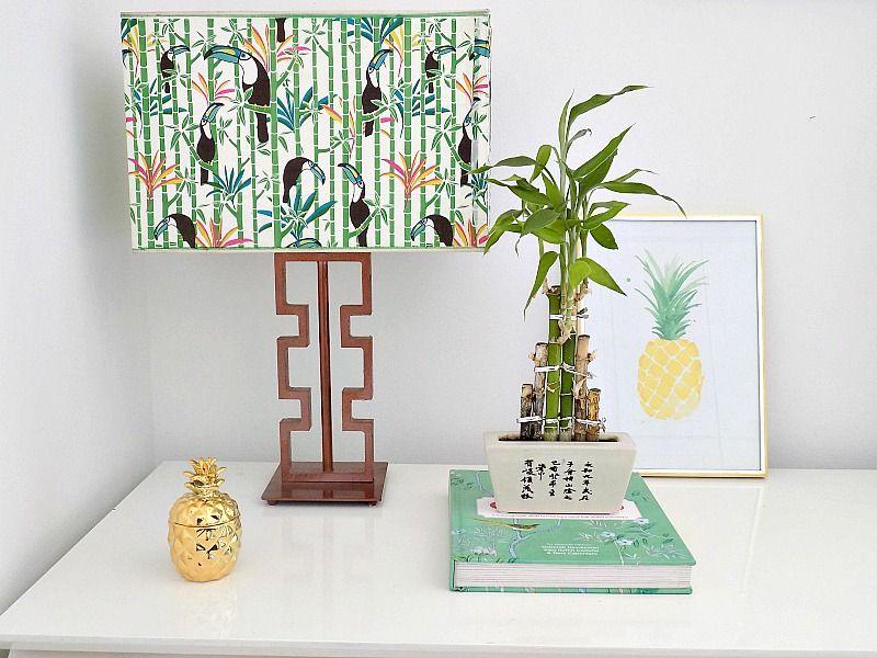 Μοντέρνα εμφάνιση σε καπέλο λάμπας, χρυσός ανανάς κηροπήγιο. bamboo plant