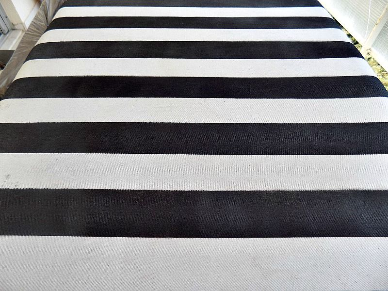 Βάφω ύφασμα με μπογιά σε σπρέι - Striped black and white pillow