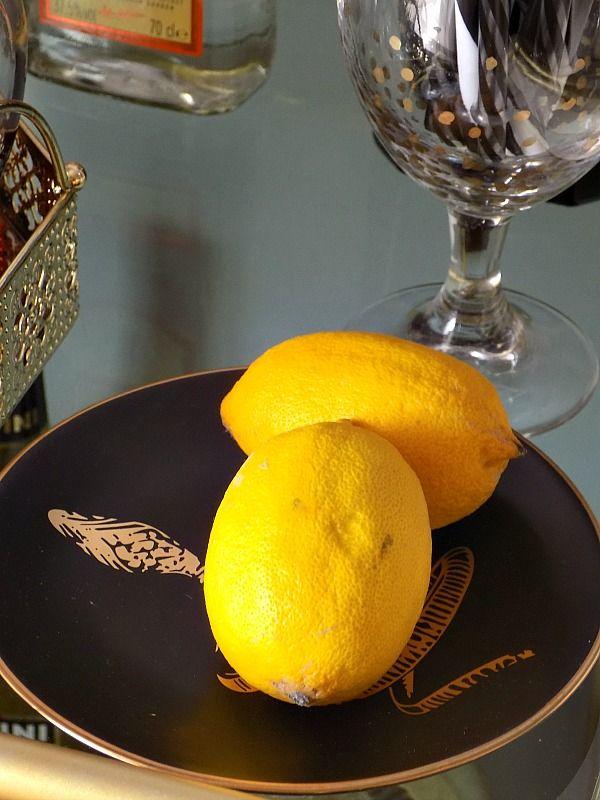 Τροχήλατο μπαράκι διακόσμηση, λεμόνια σε μαύρο πιατάκι
