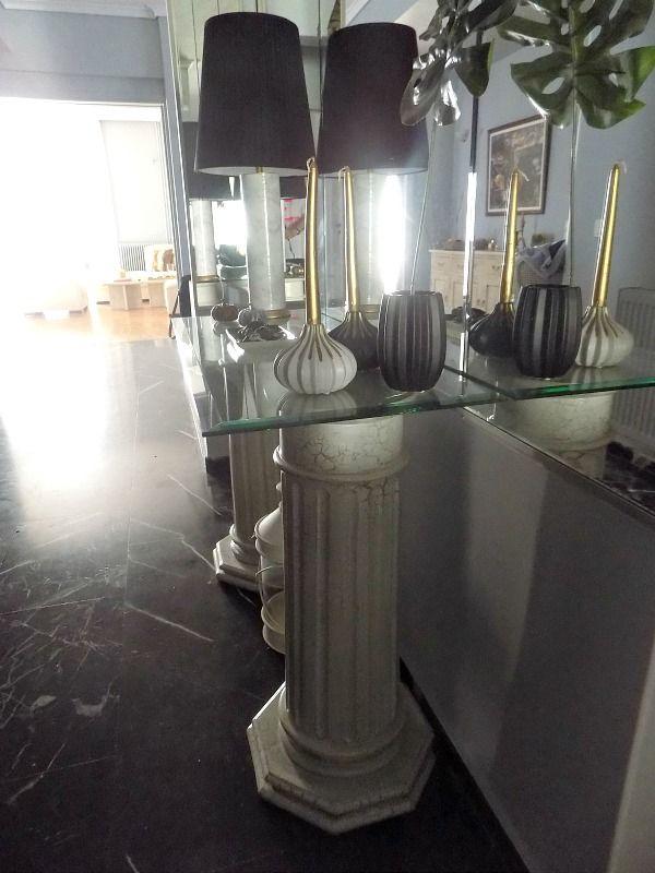 Κονσόλα εισόδου, δύο κολώνες κι ένα τζάμι μπροστά σε τοίχο καθρέφτη