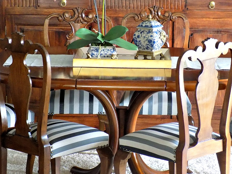 Καρέκλες τραπεζαρίας με γκρι ριγέ ταπετσαρία