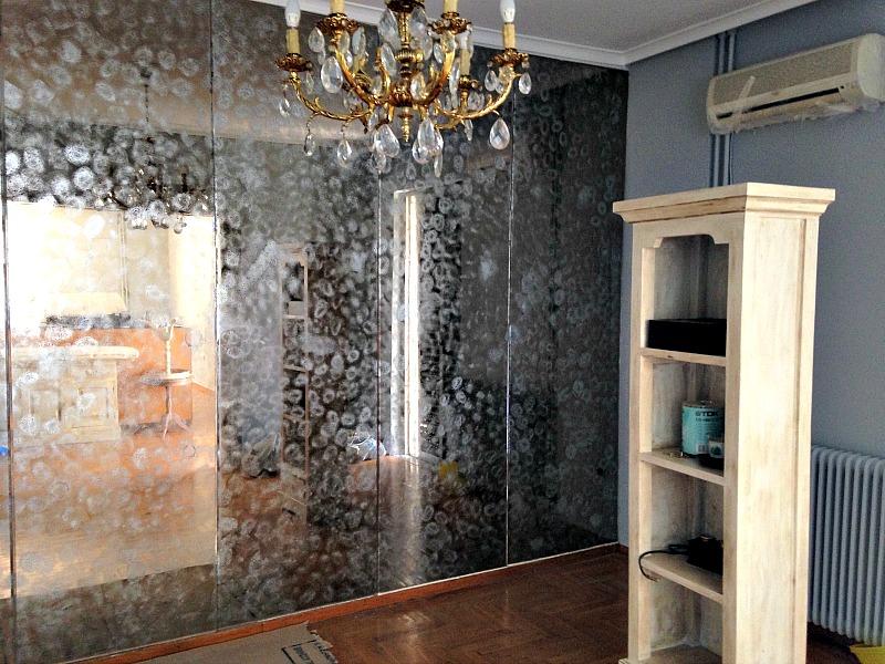 Αναπαλαίωση καθρέφτη με μπογιά σε σπρέι στον χώρο της τραπεζαρίας