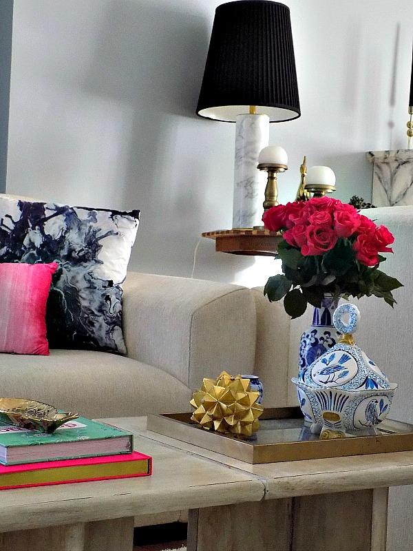 Μπλε και άσπρη φοντανιέρα, κόκκινα τριαντάφυλλα