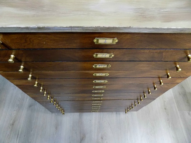 Brass knobs on the drawers