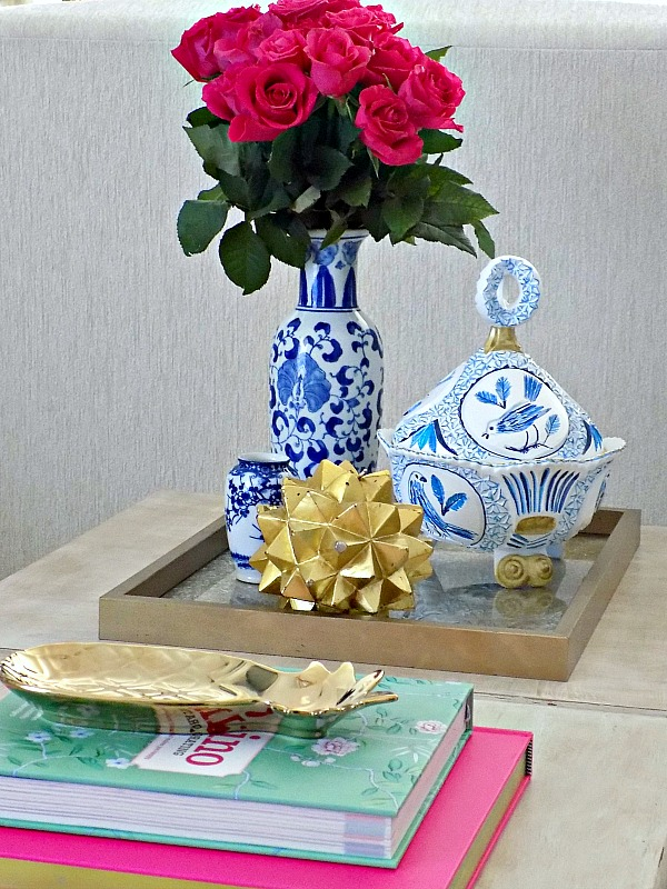 Μπλε και άσπρη φοντανιέρα, τριαντάφυλλα κόκκινα