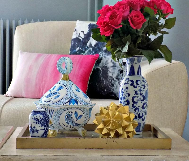 Μπλε και άσπρη φοντανιέρα, μπλε και ροζ μαξιλάρι