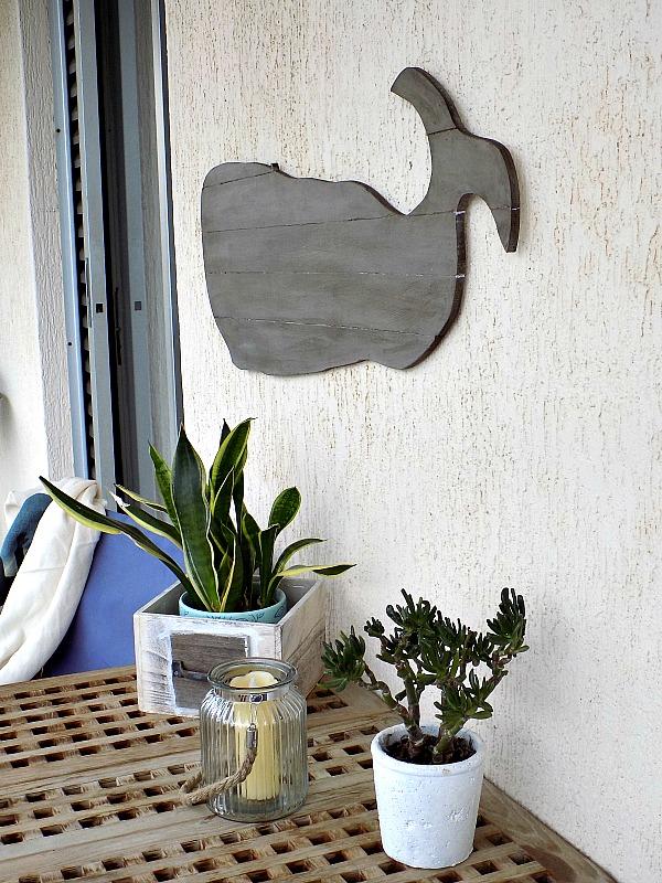 Μια ξύλινη διακοσμητική φάλαινα στον τοίχο