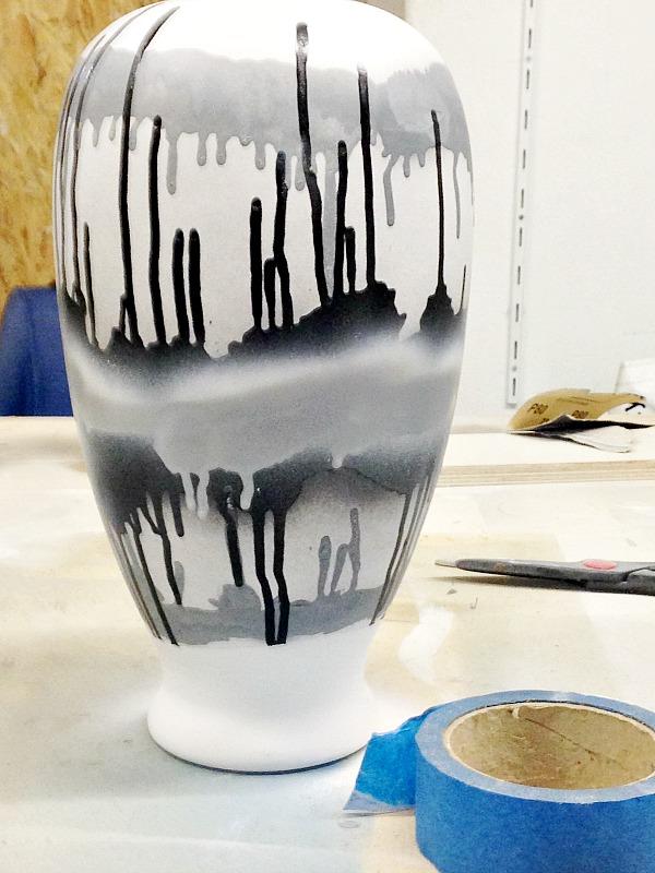 Η αναγέννηση μιας λάμπας, λευκό χρώμα στο κυρίως σώμα, abstract σχέδια με γκρι και μαύρο χρώμα