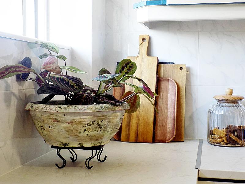 Μια καινούργια γλάστρα γίνεται παλιά, How to age plastic faux terra cotta flower pot, wooden cutting board